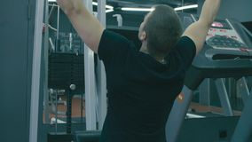 Homem muito forte que faz exercícios da mão filme