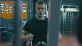 Homem muito forte que faz exercícios da mão video estoque