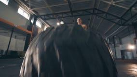 Homem muscular apto que faz exercícios do crossfit filme