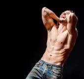 Homem muscular atlético forte O retrato masculino emocional imagens de stock royalty free