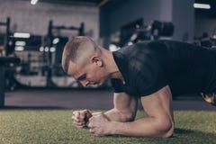 Homem muscular atlético que exercita no gym fotos de stock royalty free