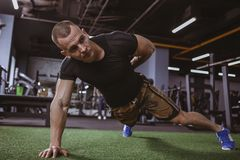 Homem muscular atlético que exercita no gym imagem de stock royalty free