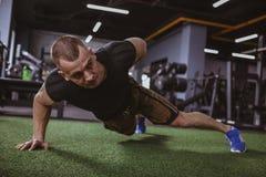 Homem muscular atlético que exercita no gym fotografia de stock royalty free