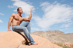 Homem muscular atrativo na calças de ganga Foto de Stock