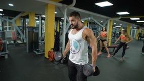 Homem muscular com dumbbells vídeos de arquivo