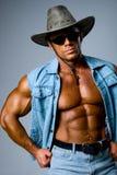 Homem muscular considerável em um chapéu de cowboy imagem de stock royalty free