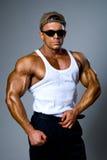 Homem muscular considerável em vidros escuros fotografia de stock royalty free