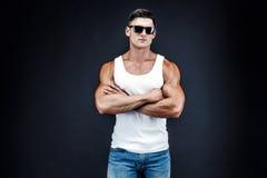 Homem muscular considerável em vidros escuros e em uma camisa branca imagens de stock