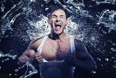 Homem muscular impressionante que tem o chuveiro Imagem de Stock