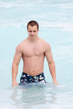 Homem muscular novo Fotografia de Stock Royalty Free
