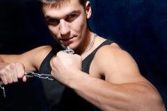 Homem muscular novo com uma corrente Imagens de Stock