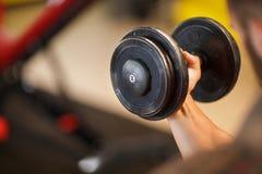 Homem muscular novo que faz o esporte no gym Conceito do esporte fotografia de stock royalty free