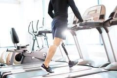 Homem muscular que dá certo na escada rolante imagens de stock royalty free