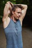 Homem muscular que faz esticando exercícios imagens de stock
