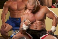 Homem muscular que faz o weightlifting na ginástica imagem de stock royalty free