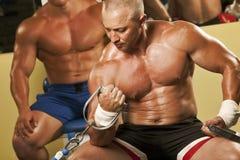 Homem muscular que faz o weightlifting na ginástica fotografia de stock