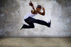 Homem muscular que salta altamente Foto de Stock Royalty Free