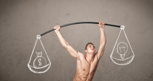 Homem muscular que tenta obter equilibrado Fotos de Stock