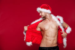 Homem muscular 'sexy' no uniforme de Santa Natal novo Fotos de Stock