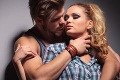 Homem muscular 'sexy' que abraça sua amiga Foto de Stock