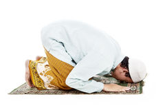 Homem muçulmano que prostrating em praying Fotografia de Stock Royalty Free