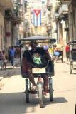 Homem não identificado que monta um pedicap conhecido como um bicitaxi em Cuba Fotos de Stock