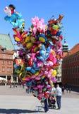Homem não identificado que vende balões no quadrado do castelo Fotografia de Stock Royalty Free