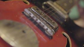 Homem não reconhecido que joga as cordas de um close-up da guitarra filme