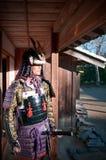 Homem na armadura do samurai que guarda a espada de Katana do japonês Fotos de Stock