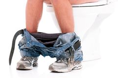 Homem na bacia de toalete imagem de stock royalty free