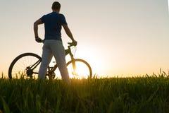 Homem na bicicleta Bicicleta do por do sol Bicicleta no por do sol fotografia de stock