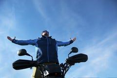 Homem na bicicleta do quadrilátero de ATV na estrada das montanhas Imagens de Stock Royalty Free