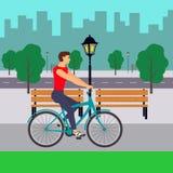 Homem na bicicleta na rua da cidade Ciclista na cidade Ilustração lisa Imagem de Stock Royalty Free