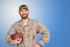 Homem na bola guardando uniforme do futebol foto de stock royalty free