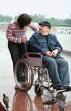 Homem na cadeira de rodas e na mulher Fotografia de Stock Royalty Free
