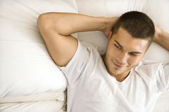 Homem na cama. foto de stock royalty free
