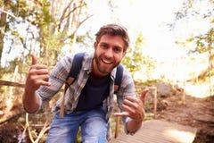 Homem na caminhada que faz o gesto engraçado na câmera Imagem de Stock