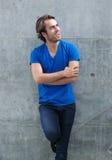Homem na camisa azul que ri fora foto de stock