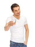 Homem na camisa branca com vidro da água Fotografia de Stock
