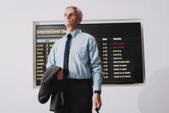 Homem na camisa com o saco no aeroporto na sala de espera imagens de stock