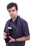 Homem na camisa com uma câmera moderna da foto de SLR Foto de Stock Royalty Free