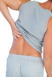 Homem na camiseta de alças que sofre da mais baixa dor nas costas Foto de Stock