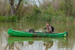 Homem na canoa velha no rio - paisagem Fotografia de Stock Royalty Free
