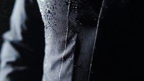 Homem na capa de chuva vídeos de arquivo