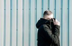 Homem na cara de fechamento do revestimento preto Imagens de Stock Royalty Free