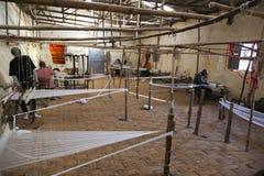 Homem na casa de tecelagem tradicional de Dorze Vila de Hayzo Dorze E Fotografia de Stock Royalty Free