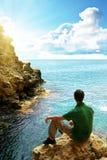 Homem na caverna do mar. foto de stock