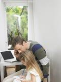 Homem na chamada como olha a menina que faz trabalhos de casa Fotos de Stock Royalty Free