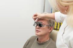 Homem na clínica optométrica Fotografia de Stock Royalty Free