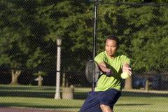 Homem na corte de tênis que joga o tênis - horizontal Foto de Stock Royalty Free